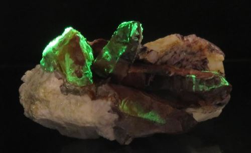 Picture of Opal VAR (Opal-AN) on Quartz (Erongo, Namibia)